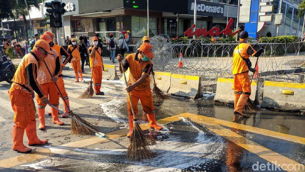 Aksi Petugas PPSU dan Damkar Bersihkan Jalan di Depan Bawaslu