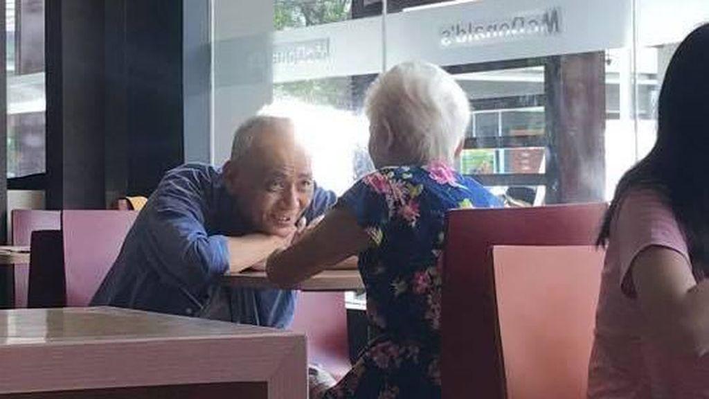 Foto Viral Pria Tua Tatap Istrinya dengan Penuh Cinta Ini Bikin Kagum