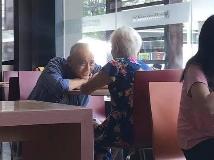 Foto viral pria tua menatap istrinya dengan penuh cinta ini bikin kagum (Foto: Facebook Al Oliver Reyes Alonzo)