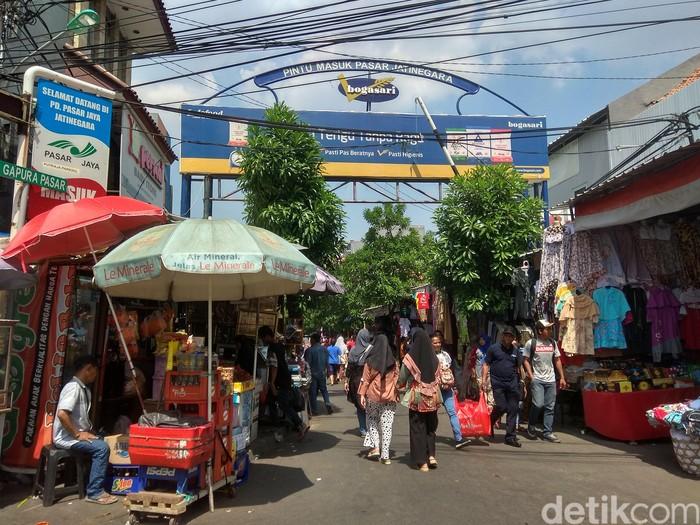 Berada di sebrang City Plaza, Jakarta Timur, Pasar Jatinegara tak pernah sepi pengunjung. Selain penjual souvenir, di bagian basement pasar juga terdapat banyak penjual kue kering. Foto: dokdetikFood/Dewi Anggraini