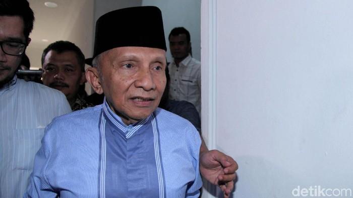 Ketua Dewan Kehormatan PAN Amien Rais memenuhi panggilan penyidik Polda Metro Jaya. Ia nampak membawa buku Jokowi People Power saat tiba di sana.