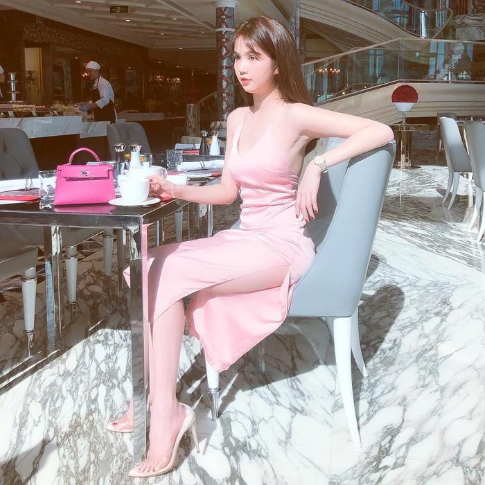 Menggunakan gaun yang menerawan karya desainer Vietnam, Ngoc Trinh tampil terlalu seksi hingga ditegur oleh menteri. Lewat akun Instagramnya, ia juga kerap mengunggah keseruannya saat sedang makan. Foto: Instagram @ngoctrinh89