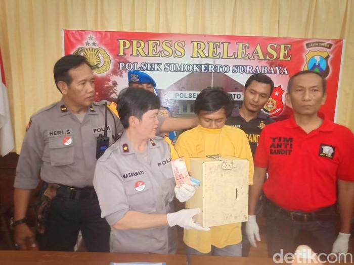 Polisi merilis Ismail sang pencuri uang kotak amal/Foto: Deni Prastyo Utomo