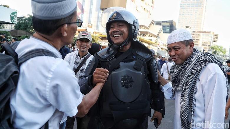 Harmonis! Momen Akrab Massa dengan Polisi di Depan Bawaslu