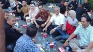 Relawan dan TKN Jokowi-Maruf Bukber dengan Aparat di Bundaran HI