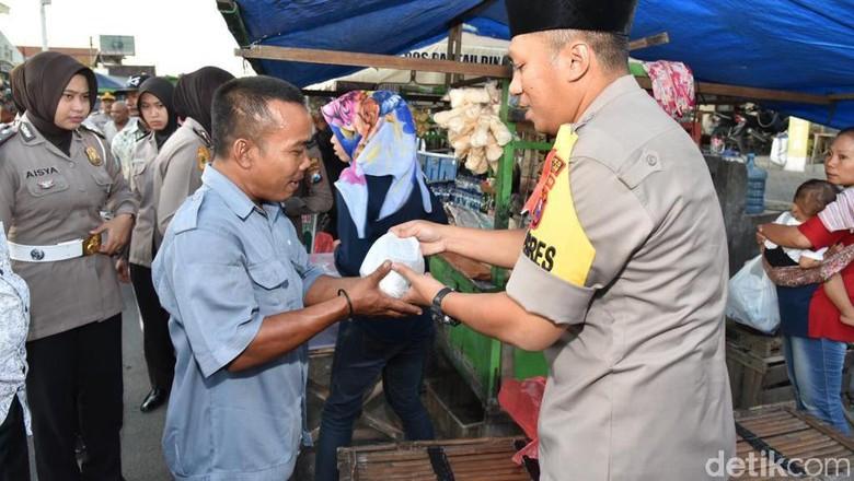 Berbagi Sembako, Polisi Ajak Masyarakat Terus Jalin Silaturahmi
