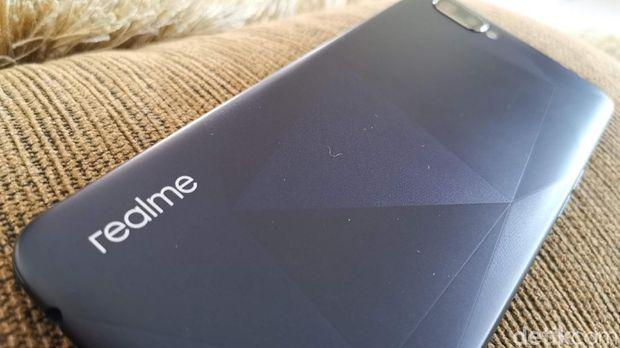 Menjajal Ponsel Murah Realme C2