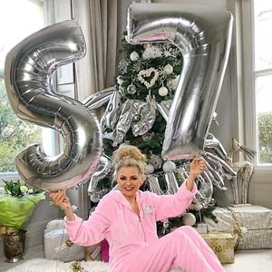 Pesona Ibu 57 Tahun, Jadi Bintang Instagram Karena Gaya Glamour & Awet Muda