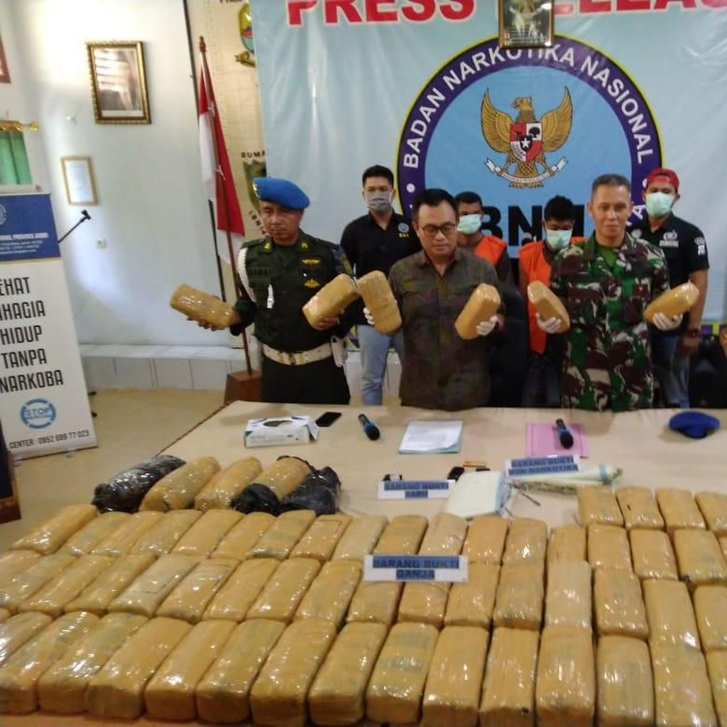 BNN Jambi Gagalkan Penyelundupan 74 Kg Ganja, 1 Oknum TNI Ditangkap