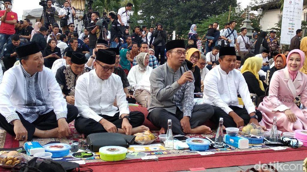 Jalin Persatuan, Warga Jawa Barat Kompak Buka Bersama di Jalanan