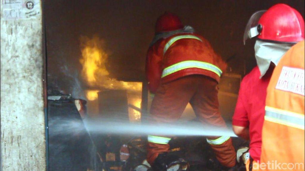 Momen Petugas Damkar Selamatkan 5 Korban Terjebak Kebakaran