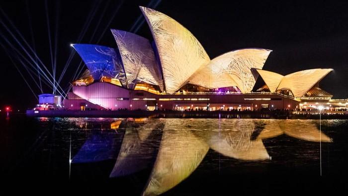 Festival tahunan Vivid Sydney kembali digelar kota Sydney, Australia. Warna-warni lampu nampak memukau menghias bangunan Sydney Opera House. Penasaran?