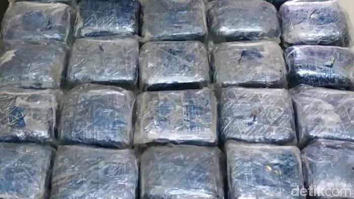 Polisi mengungkap 35 Kilogram sabu, yang ternyata dikonsumsi dokter akibat stres pekerjaan. Foto: Pengungkapan Sabu 35 Kg (Ibnu-detikcom)