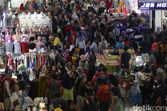 Pasar Tanah Abang kembali beroperasi normal setelah tutup beberapa hari imbas aksi 22 Mei. Warga pun menyerbu Pasar Tanah Abang untuk belanja jelang lebaran.
