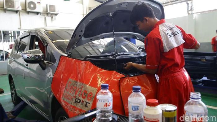 Kepepet Saat Mudik, Bolehkah Radiator Mobil Diisi Air Mineral?