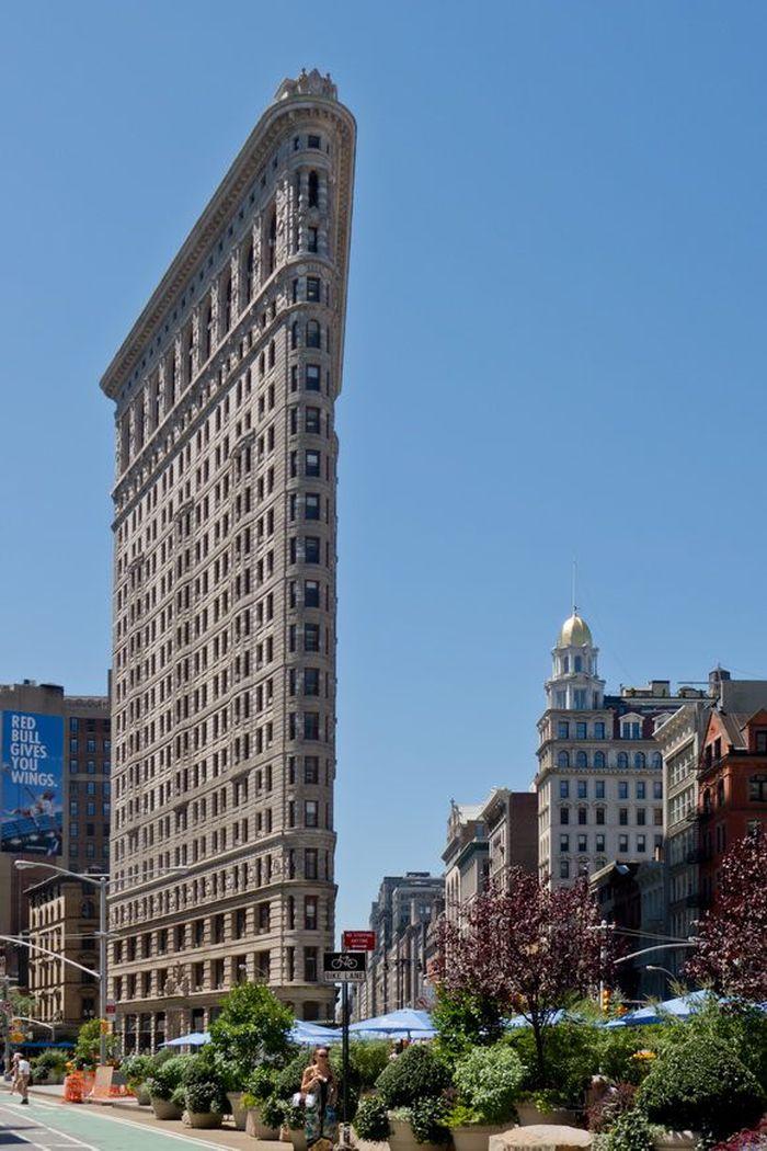 The Flatiron Building, awalnya Fuller Building, terletak di 175 Fifth Avenue di wilayah Manhattan, New York City. Istimewa/Dok. www.theworldgeography.com