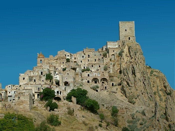 Ini merupakan kota berhantu di Craco, Italia. Istimewa/Dok. Boredpanda.