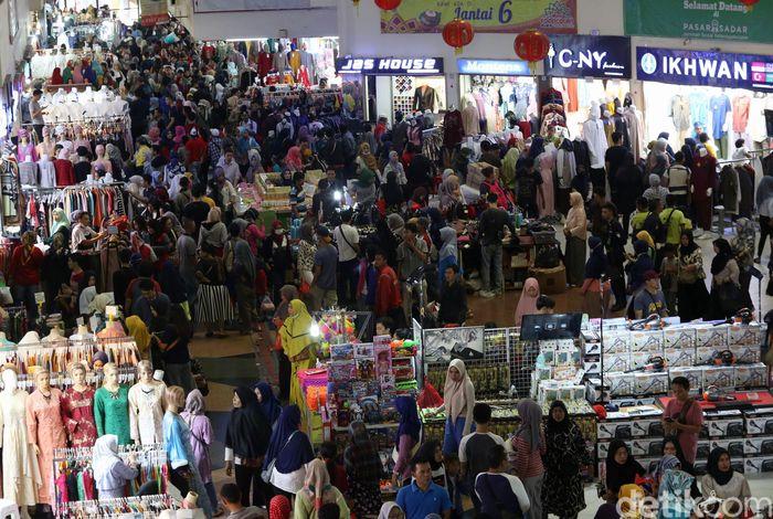 Warga berbelanja di Pasar Tanah Abang Blok B, Jakarta Pusat, Sabtu (25/5/2019). Sebelumnya, Pasar Tanah Abang sempat ditutup untuk sementara waktu terkait aksi 22 Mei yang terjadi di sejumlah lokasi di Jakarta.