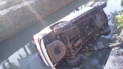 Hindari Motor Berhenti Mendadak, Mobil Ini Nyemplung Sungai