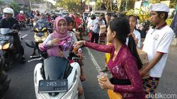 Gaungkan Pluralisme, Pemuda Hindu Banyuwangi Bagi Takjil
