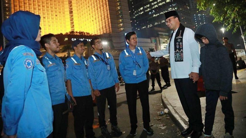 Malam-malam, Anies Baswedan Ajak Putranya Cek Kondisi Jalan MH Thamrin