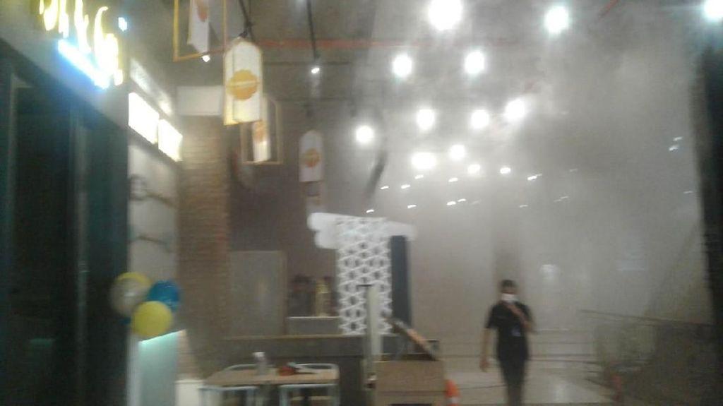 Dapur Resto di Mal PVJ Terbakar, Asap Pekat Menyebar ke Jalanan