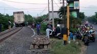 Viral Truk Nangkring di Atas Rel Hebohkan Medsos