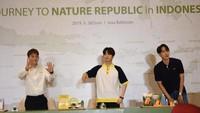 Suho, Kai, dan Chen sedang berada di Jakarta untuk peluncuran produk terbaru Nature Republic sekaligus fansign. Foto: Noel/detikHOT