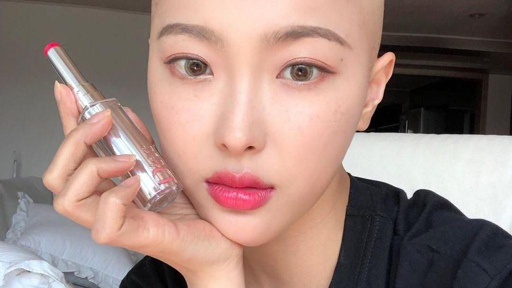 Potret Manis Dawn Lee, Beauty Vlogger Berkepala Botak karena Sakit Kanker