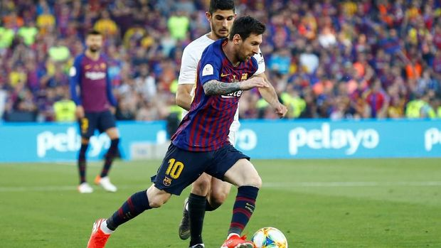 Lionel Messi kesulitan menembus pertahanan Valencia. (