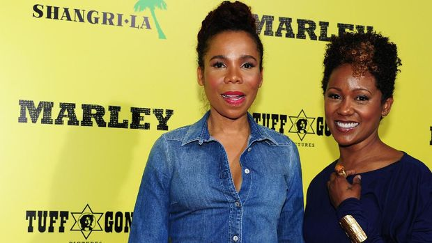 Cedella Marley (kiri) bersama sang adik, Karen Marley. (