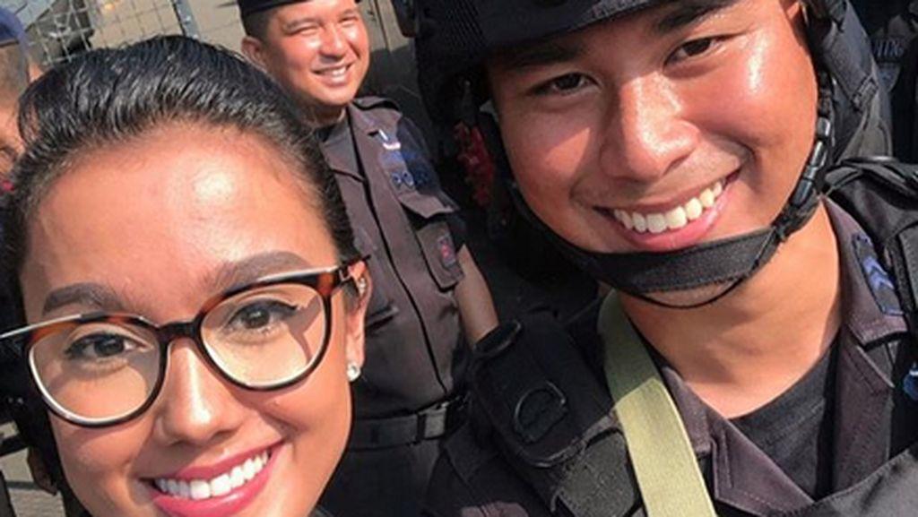 Ke KPU, Intan Aletrino Bagikan Bunga ke Anggota Brimob yang Viral
