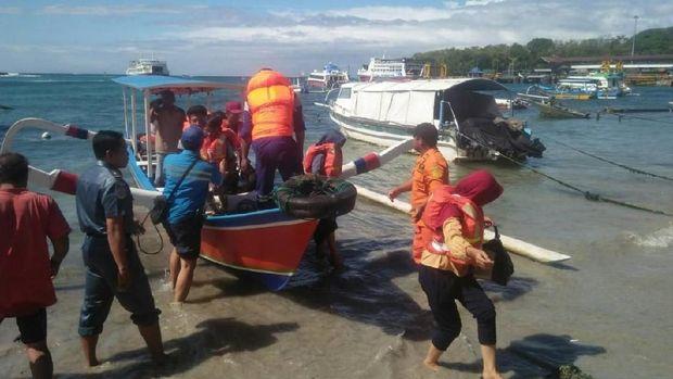 Foto: Evakuasi penumpang Kapal Lombok-Bali yang kandas (Dok. Basarnas Denpasar)