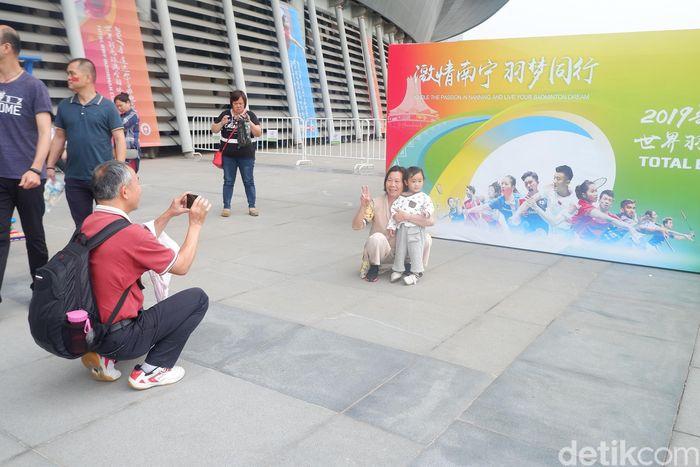 Berkumpul bersama keluarga sambil menonton Piala Sudirman? Kenapa tidak!