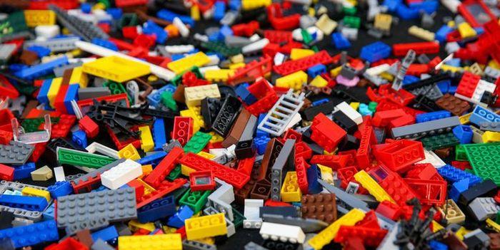Lego, perusahaan mainan asal Denmark menjadi salah satu produk mainan no 1 yang dicari, mereka menyediakan mainan bongkar pasang untuk anak-anak. Istimewa/Sopa Images/Getty Images.
