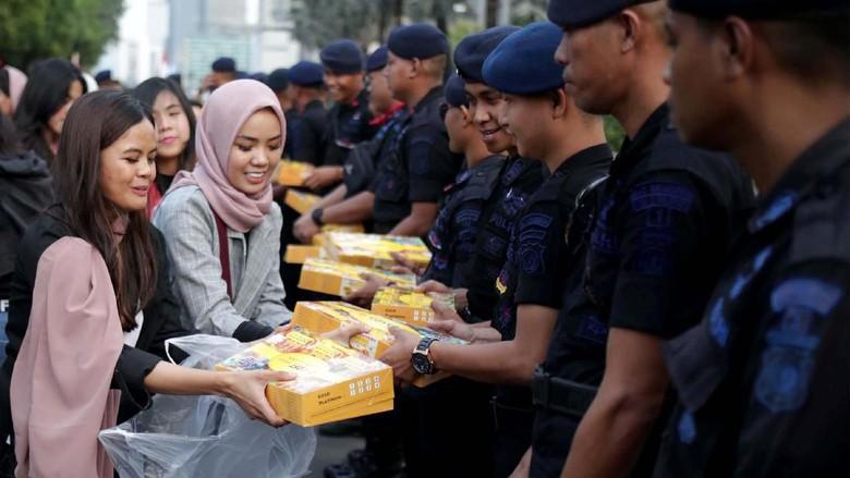 Saat yang Muda Berbagi Takjil untuk TNI Polri