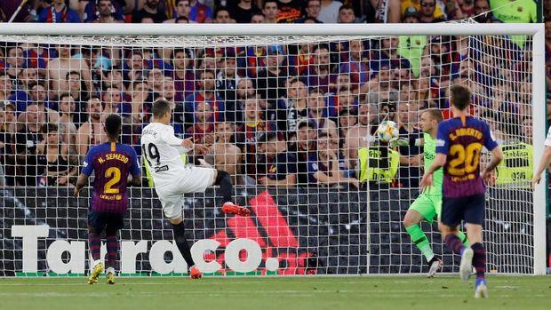 Rodrigo mencetak gol kedua Valencia ke gawang Barcelona. (