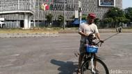 Warga Berfoto hingga Bagi-bagi Mawar di Depan Gedung Bawaslu