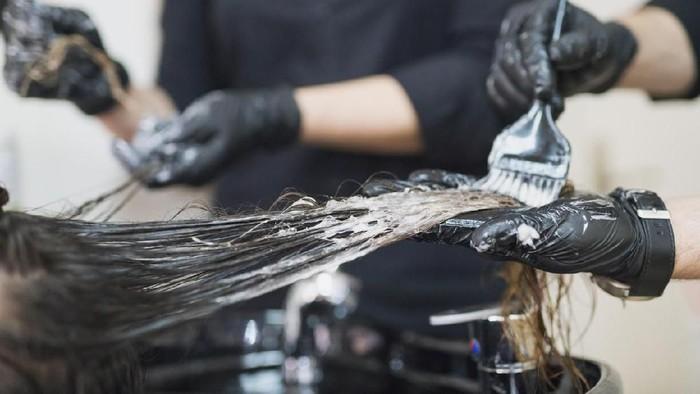 Ilustrasi bleaching untuk mewarnai rambut (Foto: iStock)