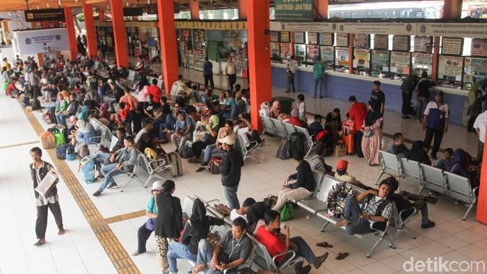Aktivitas pemudik di Terminal Kampung Rambutan (Foto: Rifkianto Nugroho)