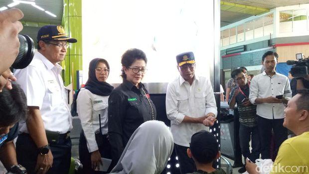 Menkes Nila F Moeloek meninjau persiapan mudik di Stasiun Gambir bersama Menhub.