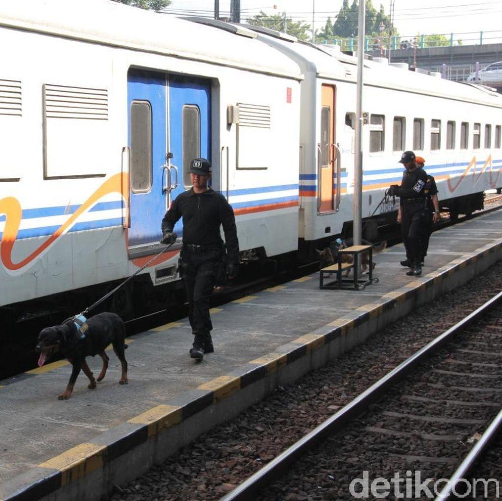 Antisipasi Keamanan, PT KAI Daop 8 Siagakan 100 Personel dan 2 Anjing Pelacak