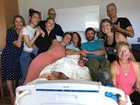 Amanda (tengah) akhirnya berkumpul bersama keluarga