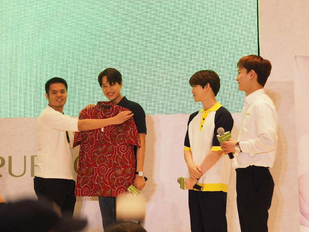 Dapat Kemeja Batik, Suho EXO: Cocok untuk Kostum Ko Ko Bop