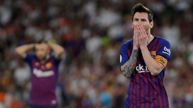 Lionel Messi tampak kecewa saat Barcelona gagal juara Copa del Rey. (