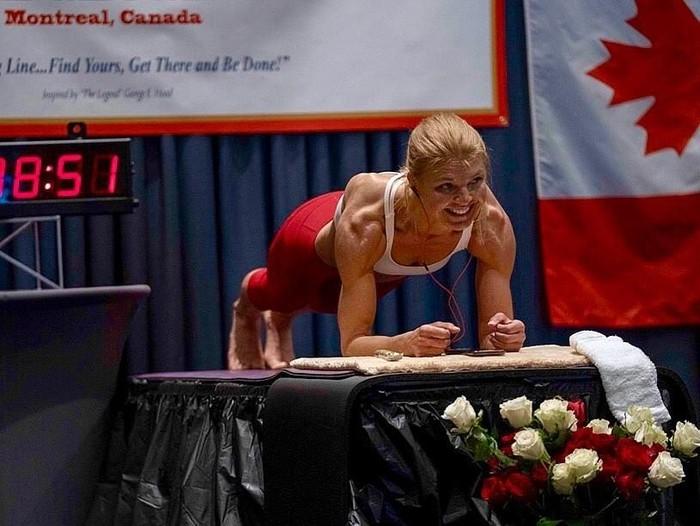 Dana Glowacka, mencetak rekor dunia plangking empat jam 20 menit. Foto: Dok. Instagram @dbg_plankdoyoga