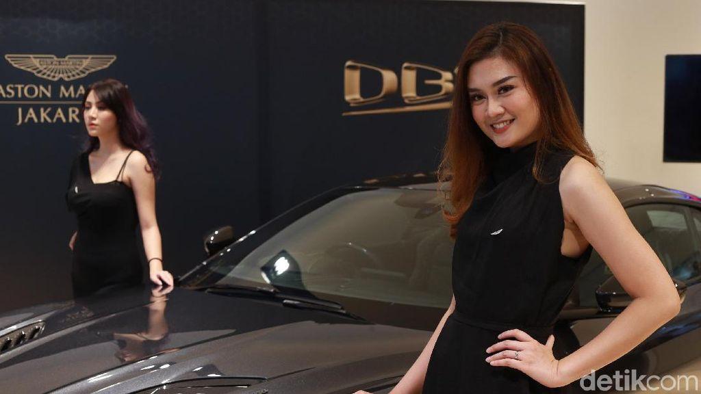 Senyum Manis SPG Aston Martin DBS Superleggera