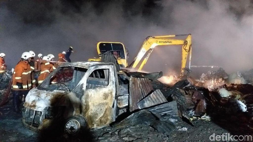 Kebakaran Gudang Rongsokan Teratasi, Backhoe Diterjunkan Cari Bara Api
