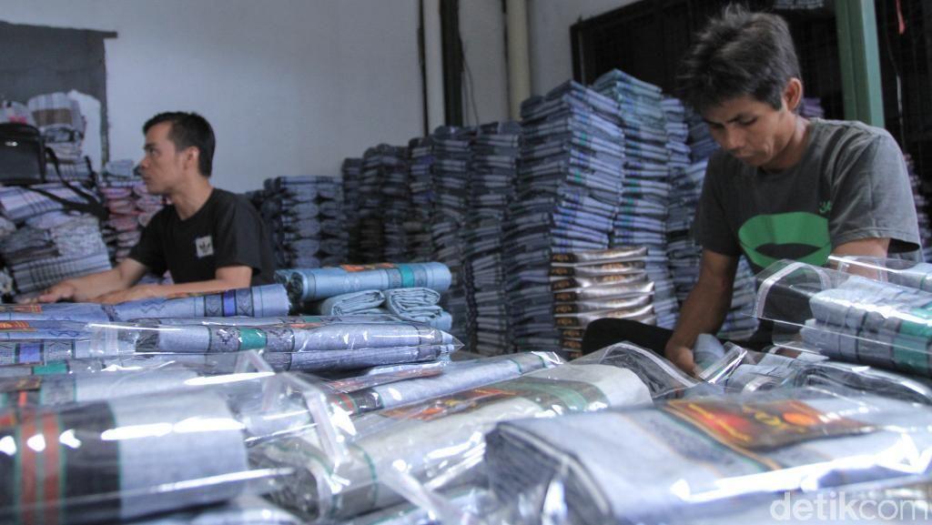 Dilibas Tekstil Impor, Penjualan Sarung Majalaya Turun Drastis