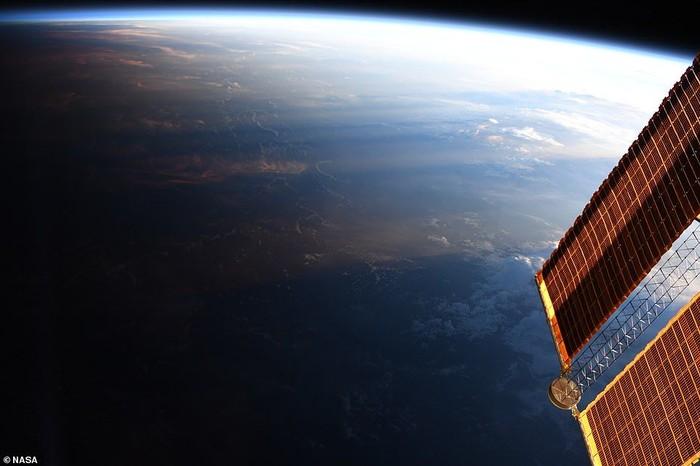 Pemandangan siang bertemu malam di Bumi. Foto: NASA
